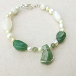Beaded cat bracelet green aventurine, pearls