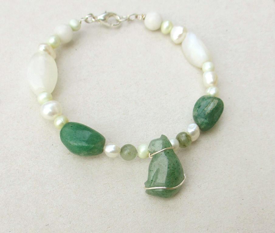 Beaded cat bracelet green aventurine, pearls