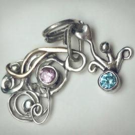 Zilveren hangertjes met blauwe en rose steen.